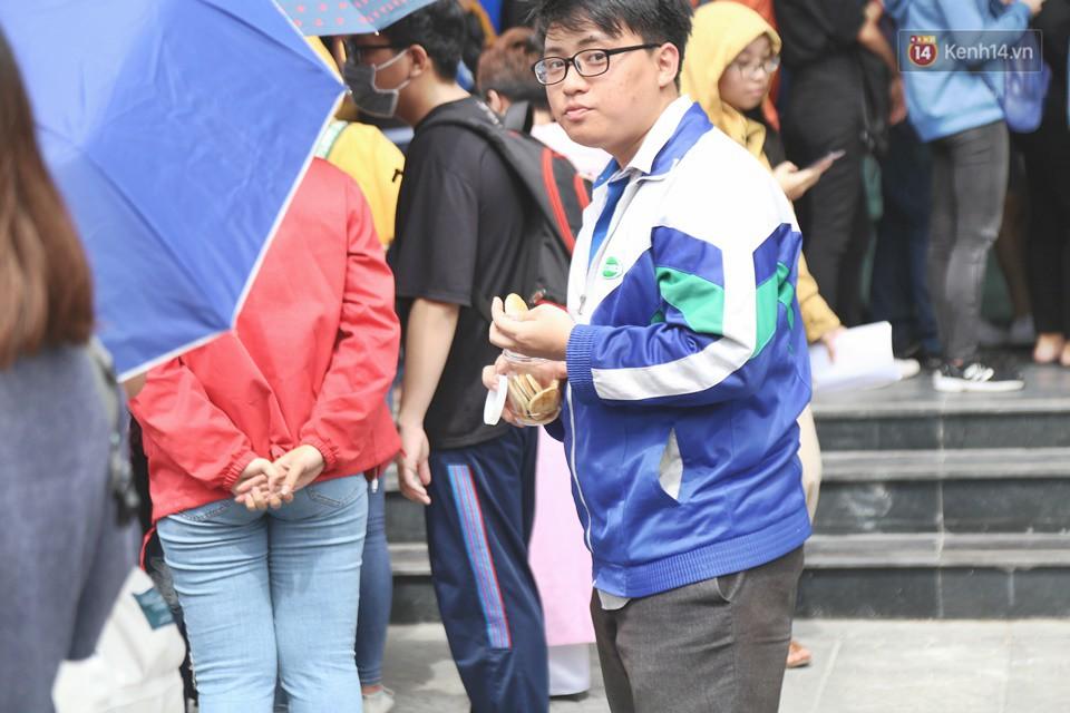 Hàng trăm sinh viên Sài Gòn tiếp tục đội nắng xếp hàng, chen chân giành suất đăng ký dự thi TOEIC - Ảnh 8.