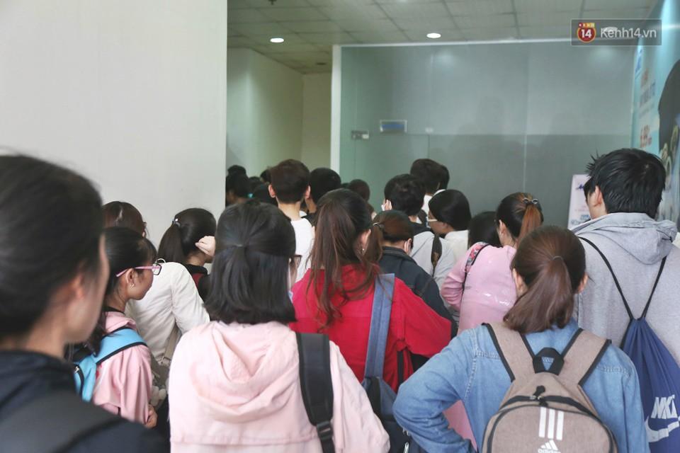 Hàng trăm sinh viên Sài Gòn tiếp tục đội nắng xếp hàng, chen chân giành suất đăng ký dự thi TOEIC - Ảnh 3.