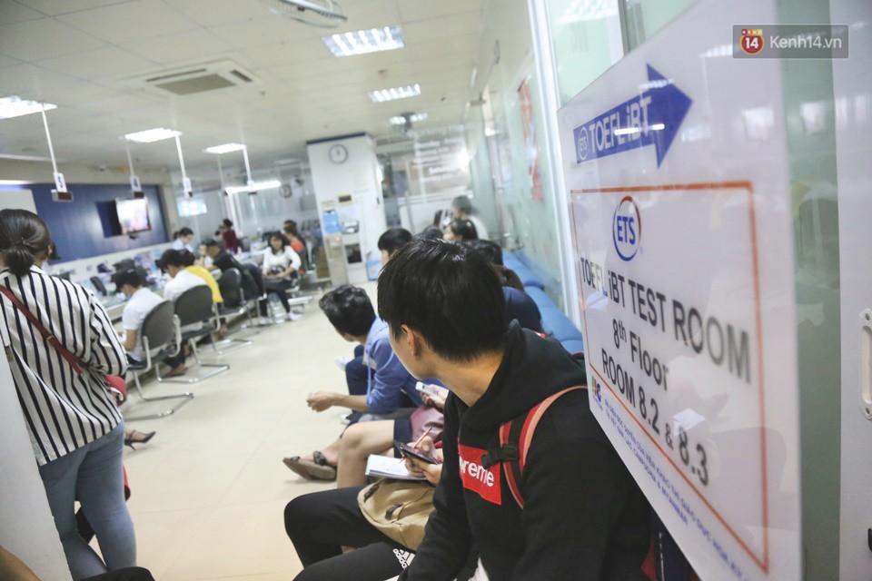 Hàng trăm sinh viên Sài Gòn tiếp tục đội nắng xếp hàng, chen chân giành suất đăng ký dự thi TOEIC - Ảnh 11.