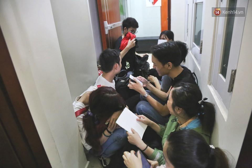 Hàng trăm sinh viên Sài Gòn tiếp tục đội nắng xếp hàng, chen chân giành suất đăng ký dự thi TOEIC - Ảnh 10.