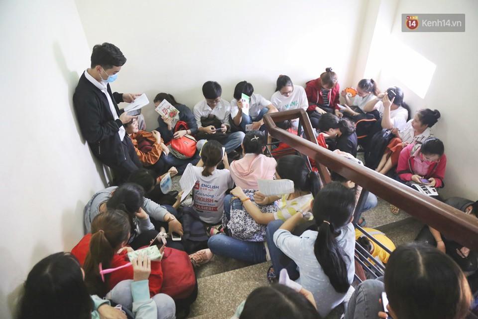 Hàng trăm sinh viên Sài Gòn tiếp tục đội nắng xếp hàng, chen chân giành suất đăng ký dự thi TOEIC - Ảnh 12.