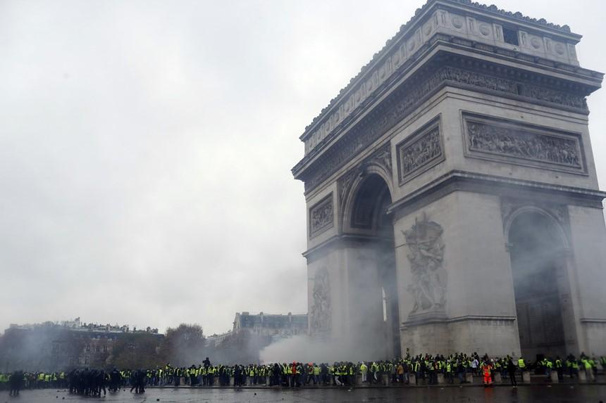 Khải Hoàn Môn huyền thoại chìm trong khói lửa và đổ vỡ sau cuộc biểu tình lớn nhất thập kỷ ở Paris - Ảnh 1.