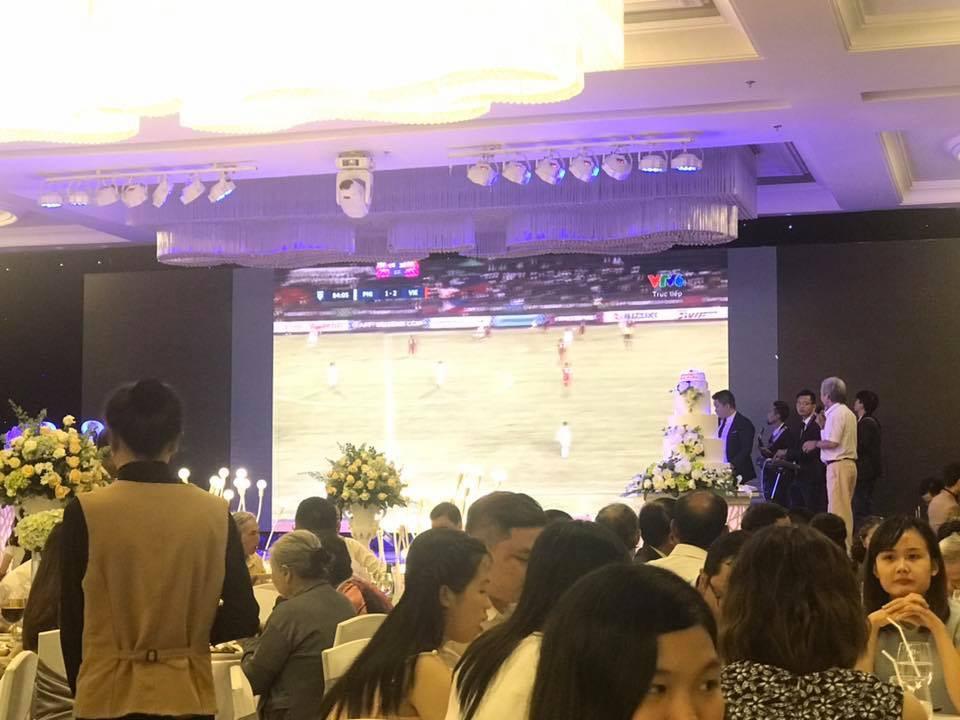 Cô dâu chú rể bật bóng đá ngay trong đám cưới, cùng quan khách nhiệt tình cổ vũ cho đội tuyển Việt Nam trận bán kết lượt đi - Ảnh 6.