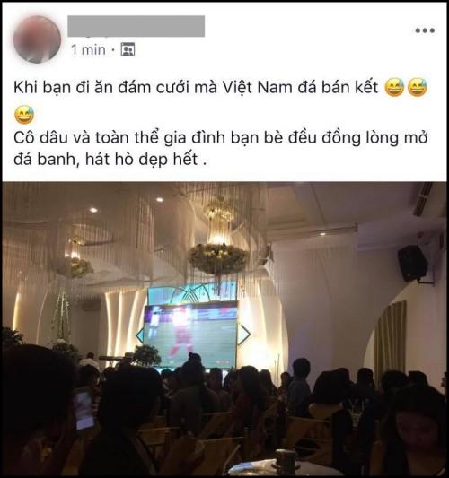 Cô dâu chú rể bật bóng đá ngay trong đám cưới, cùng quan khách nhiệt tình cổ vũ cho đội tuyển Việt Nam trận bán kết lượt đi - Ảnh 1.