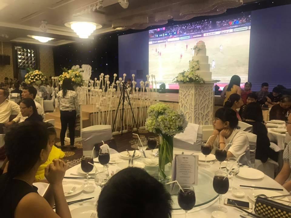 Cô dâu chú rể bật bóng đá ngay trong đám cưới, cùng quan khách nhiệt tình cổ vũ cho đội tuyển Việt Nam trận bán kết lượt đi - Ảnh 7.