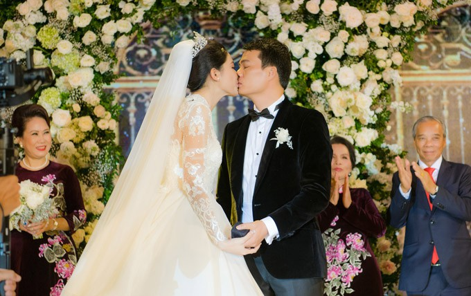 Đám cưới Á hậu Thanh Tú: Loạt khoảnh khắc hạnh phúc thay tuyên ngôn tình yêu của cặp đôi hơn kém 16 tuổi - Ảnh 5.