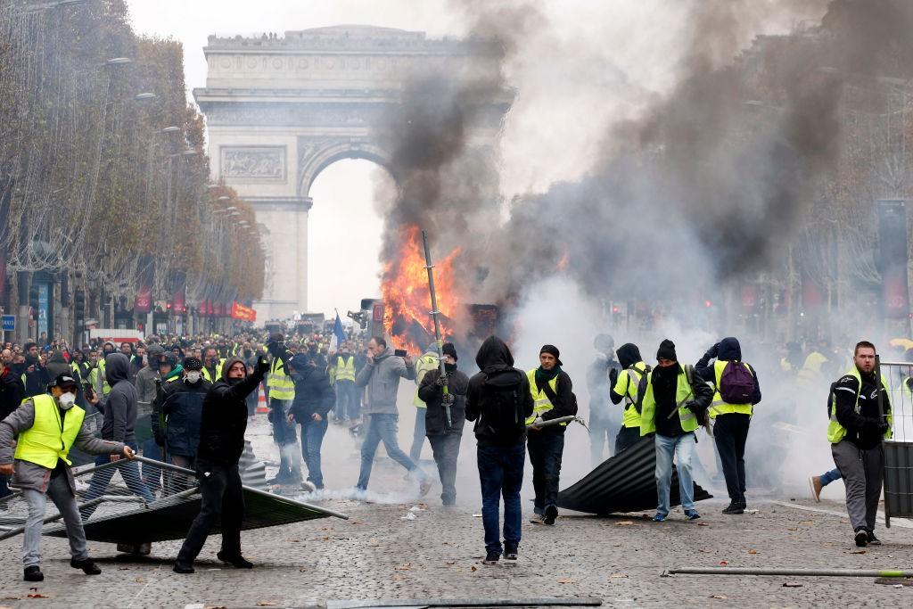 Khải Hoàn Môn huyền thoại chìm trong khói lửa và đổ vỡ sau cuộc biểu tình lớn nhất thập kỷ ở Paris - Ảnh 2.