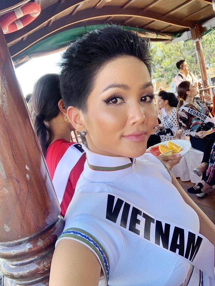 Giữa dàn cả trăm người đẹp, HHen Niê thuộc số hiếm được chọn xuất hiện trên Instagram của Vogue Thái với áo dài lạ - Ảnh 5.