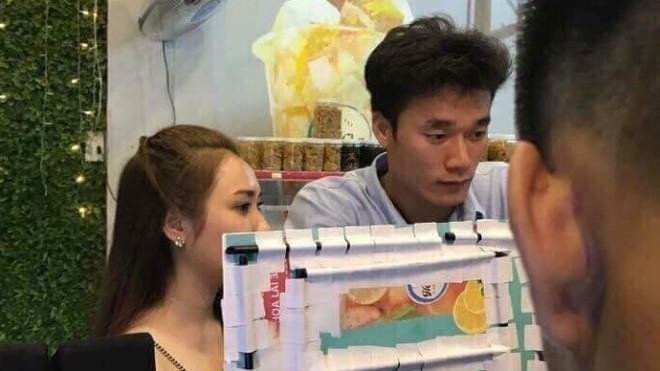Bạn gái tin đồn của thủ môn Bùi Tiến Dũng đăng ảnh đi xem ĐT Việt Nam và đây là điều người ta phát hiện - Ảnh 3.