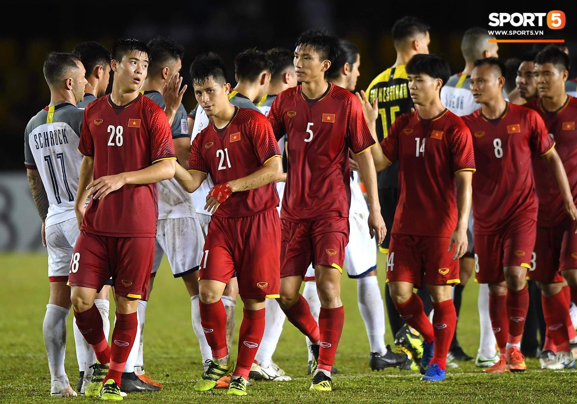Không ngủ quên sau trận thắng Philippines, trợ lý Hàn Quốc điển trai của tuyển Việt Nam ngồi bệt ngay tại sân bay phân tích đối thủ - Ảnh 7.