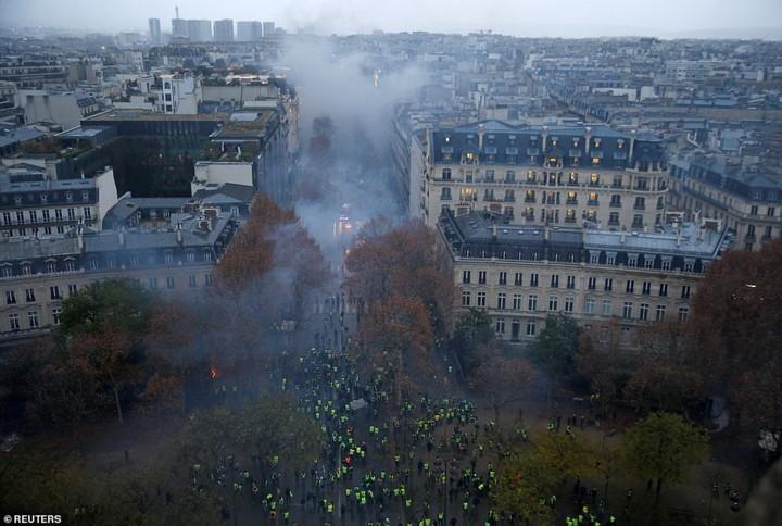 Ảnh: Bãi chiến trường giữa thủ đô Paris (Pháp) hoa lệ sau bạo loạn - Ảnh 1.