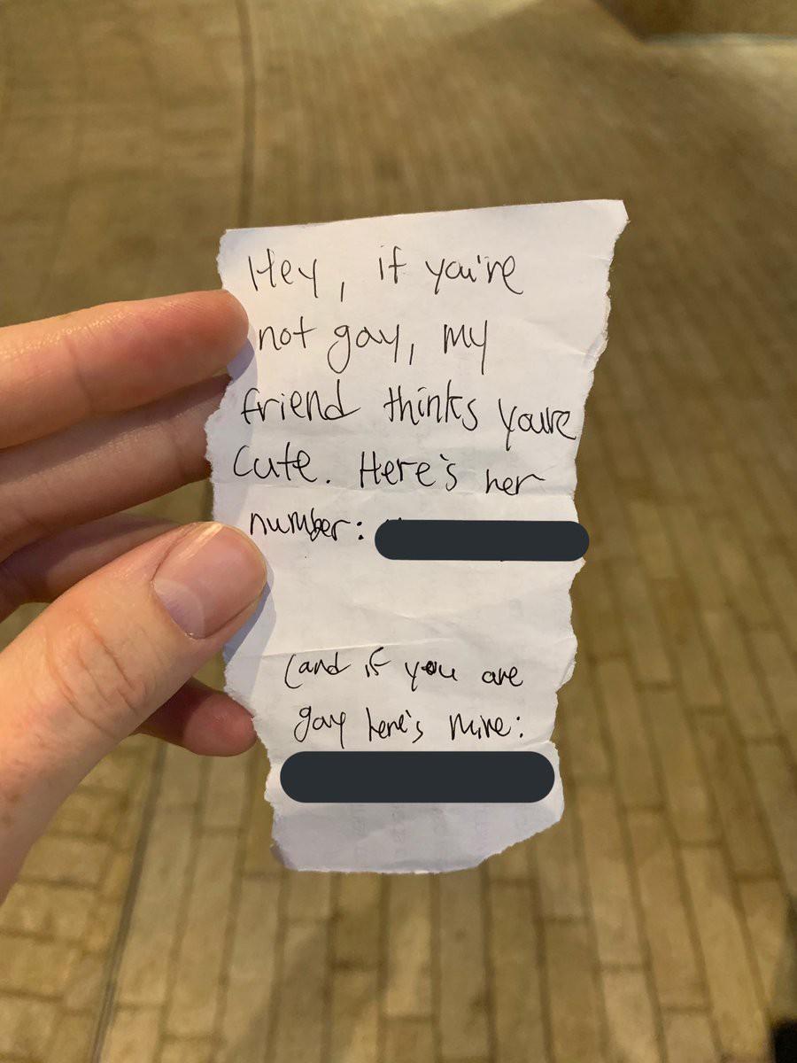 Nhận được mẩu giấy làm quen ghi cả số ông, số bà, anh chàng điển trai chọn một để rồi nổi tiếng nhất MXH - Ảnh 1.