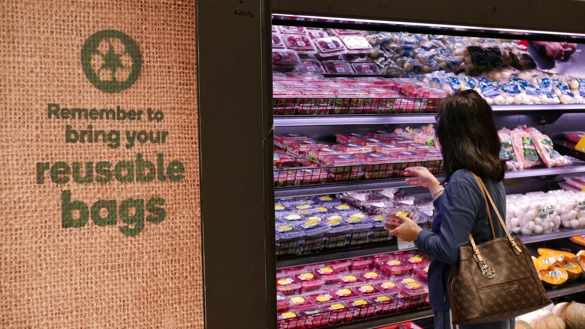 Trong vòng 3 tháng nước Úc đã cắt giảm được đến 80% túi nhựa và đây là cách họ làm được điều đó - Ảnh 3.