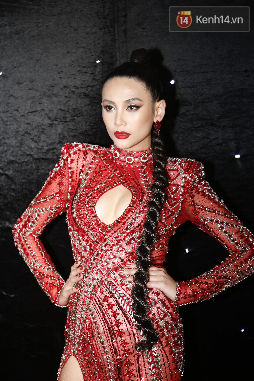 Thảm đỏ chung kết The Face Vietnam 2018: Dàn mỹ nhân Vbiz người giản dị, người đua nhau diện đầm cắt xẻ khoe thân hình gợi cảm - Ảnh 3.