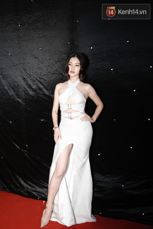 Thảm đỏ chung kết The Face Vietnam 2018: Dàn mỹ nhân Vbiz người giản dị, người đua nhau diện đầm cắt xẻ khoe thân hình gợi cảm - Ảnh 8.