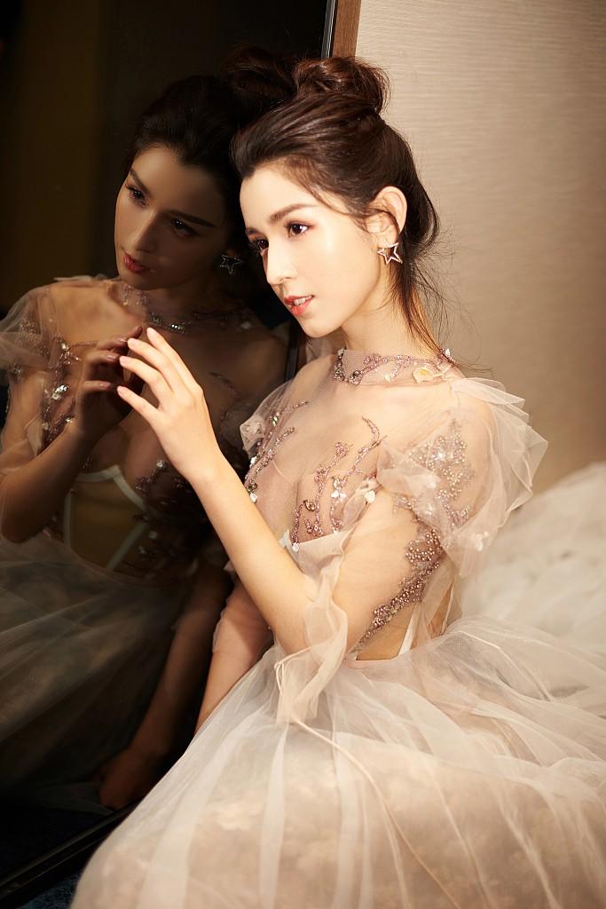 Cứ ngỡ đối thủ Địch Lệ Nhiệt Ba đẹp không tì vết, hóa ra cô nàng cũng có điểm khiến netizen không vừa mắt - Ảnh 3.
