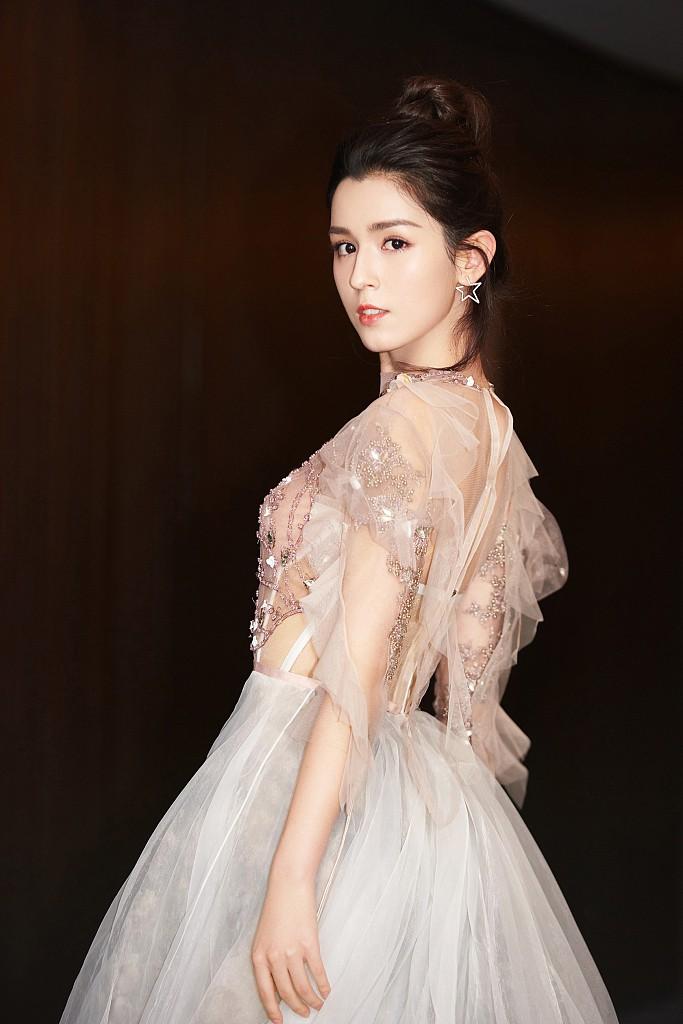 Cứ ngỡ đối thủ Địch Lệ Nhiệt Ba đẹp không tì vết, hóa ra cô nàng cũng có điểm khiến netizen không vừa mắt - Ảnh 2.