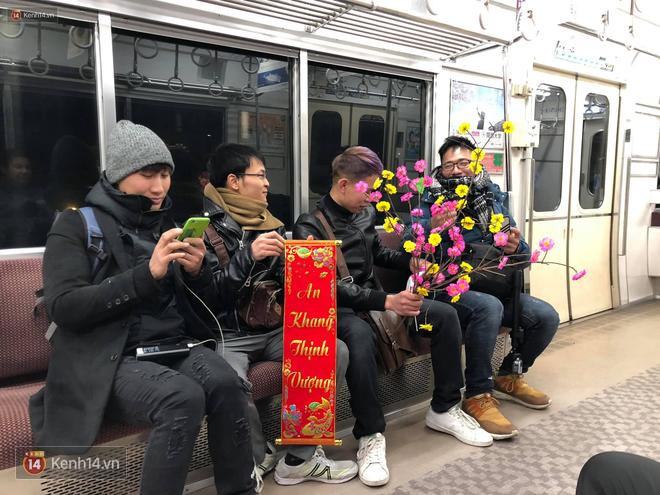 Du học sinh Việt chào năm mới khắp thế giới: 4 nam sinh gây sốt vì mang mai đào, câu đối lên tàu điện ngầm Nhật - Ảnh 1.