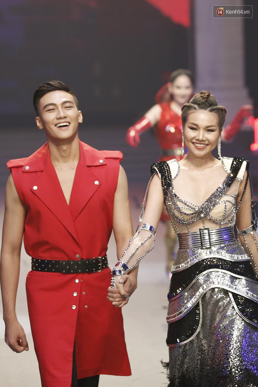 Hai thái cực khác biệt tại chung kết The Face: Mạc Trung Kiên thắng trong lẻ loi, team Hoàng Yến - Minh Hằng vui như trẩy hội - Ảnh 3.