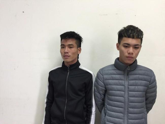 Hà Nội: Cảnh sát bắt giữ hai thanh niên rải đinh cực nguy hiểm ngay trước đầu xe - Ảnh 1.