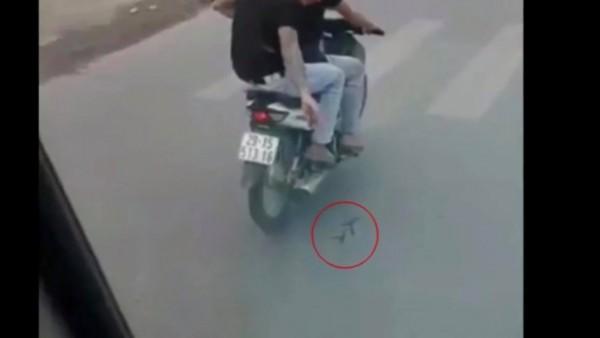Hà Nội: Cảnh sát bắt giữ hai thanh niên rải đinh cực nguy hiểm ngay trước đầu xe - Ảnh 2.
