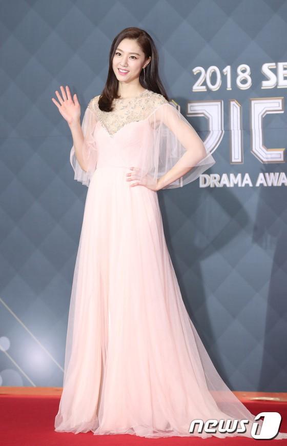 Thảm đỏ SBS Drama Awards: Jang Nara tăng cân vẫn quá đẹp, nàng Kim Sam Soon đọ body nóng bỏng bên loạt minh tinh - Ảnh 33.