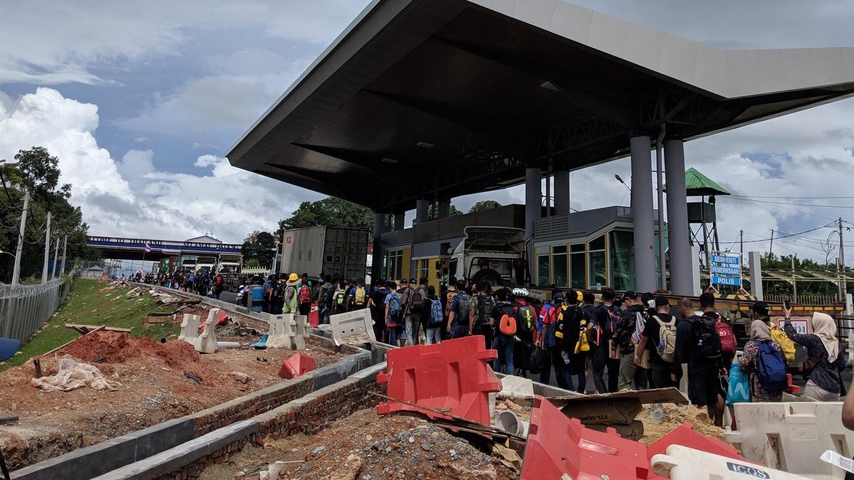 Cổ động viên Malaysia đi xe bus trong 24 tiếng để cổ vũ đội nhà tại bán kết AFF Cup 2018 - Ảnh 1.