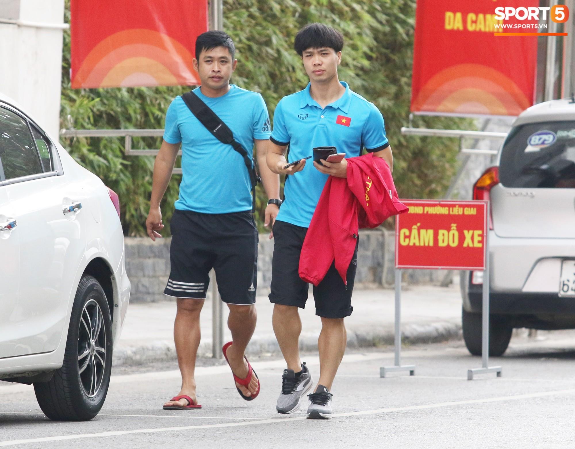 Tuyển Việt Nam bận rộn trong buổi sáng nghỉ ngơi hiếm hoi trước trận bán kết AFF Cup 2018 - Ảnh 6.