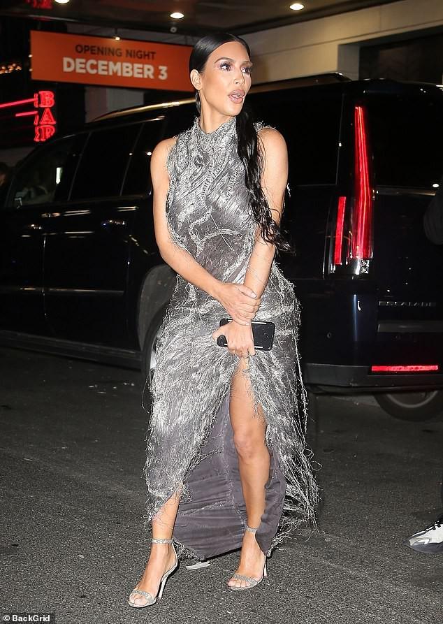 Mặc đầm hiệu mà như đắp rác thải lên người, Kim Kardashian còn suýt chiếu tướng cả dàn người vì lộ ngực - Ảnh 3.