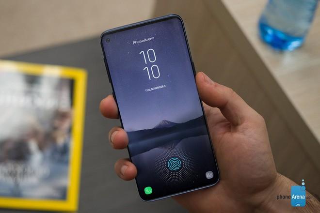 Galaxy S10+ sẽ có camera selfie kép, vì vậy một lỗ trên màn hình là không đủ - Ảnh 1.