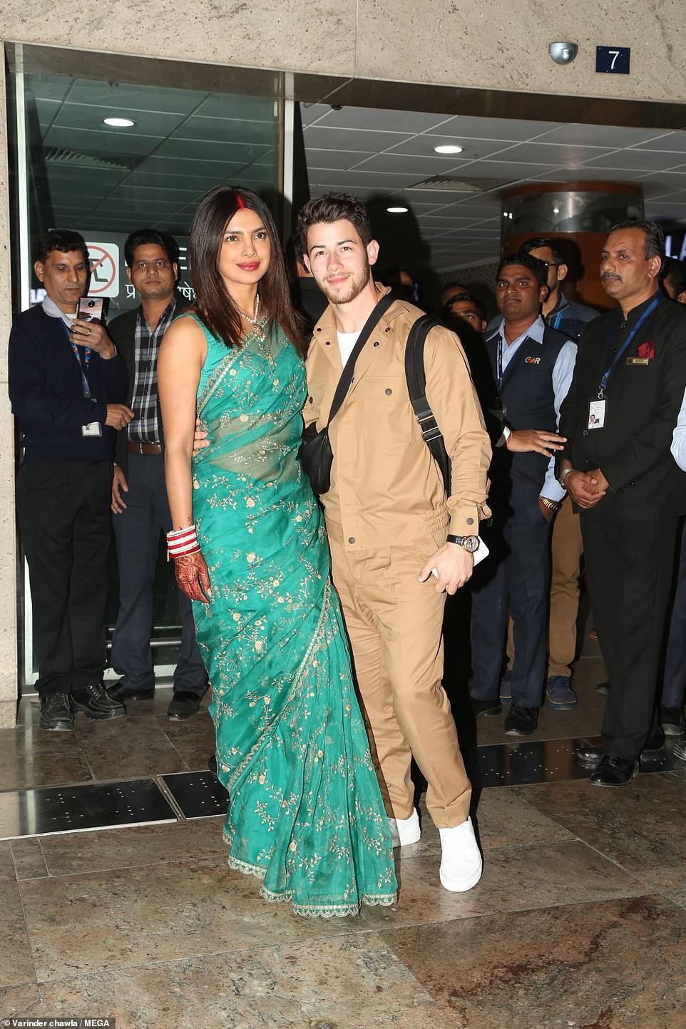Nick Jonas và Hoa hậu Thế giới xuất hiện tình tứ tại sân bay sau đám cưới thế kỷ hoành tráng - Ảnh 2.