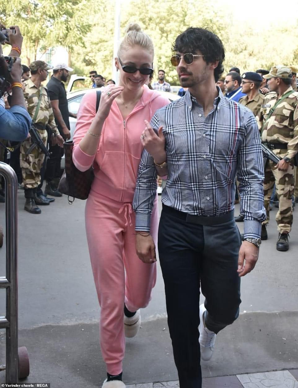 Nick Jonas và Hoa hậu Thế giới xuất hiện tình tứ tại sân bay sau đám cưới thế kỷ hoành tráng - Ảnh 9.