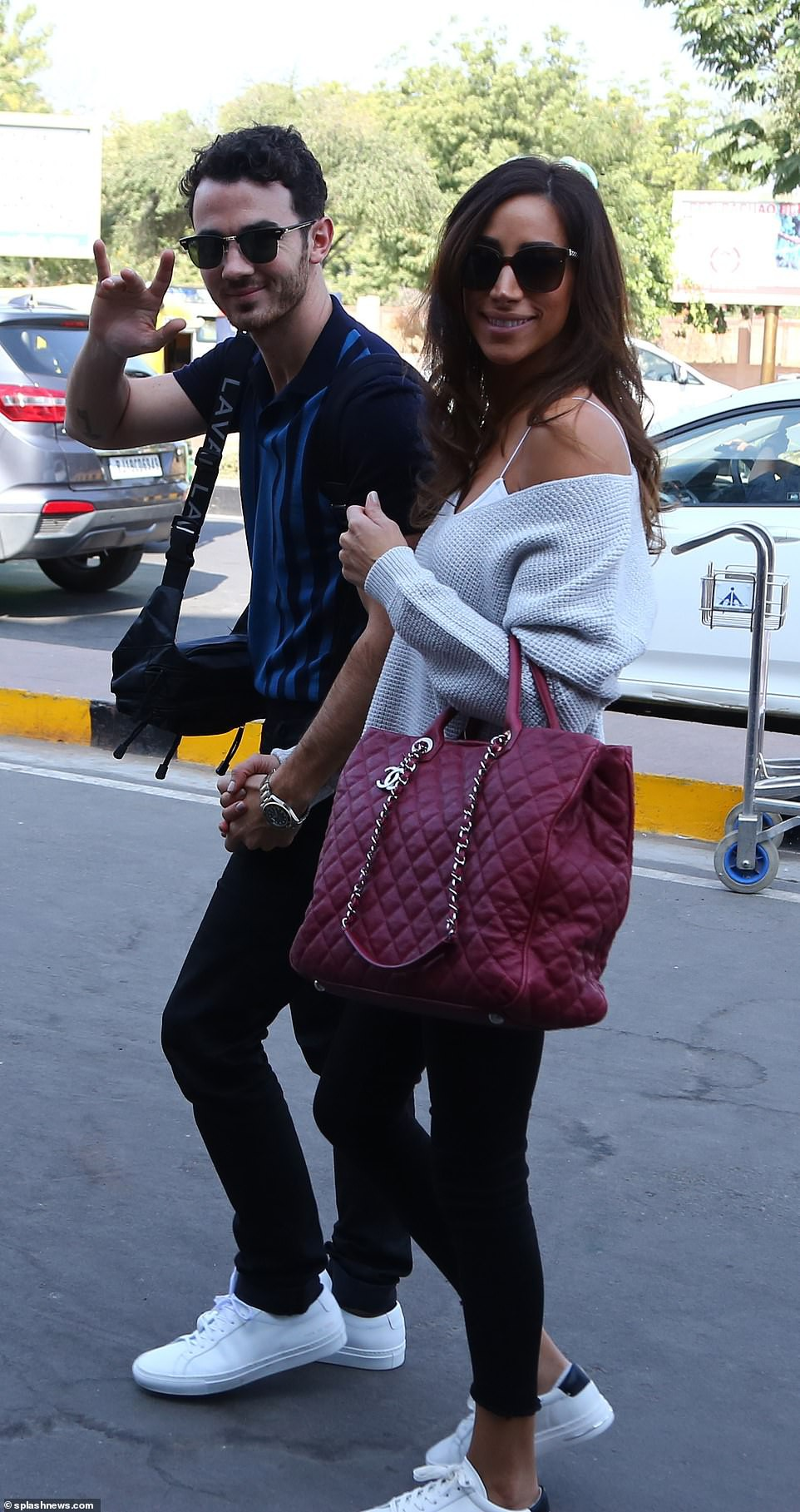 Nick Jonas và Hoa hậu Thế giới xuất hiện tình tứ tại sân bay sau đám cưới thế kỷ hoành tráng - Ảnh 10.