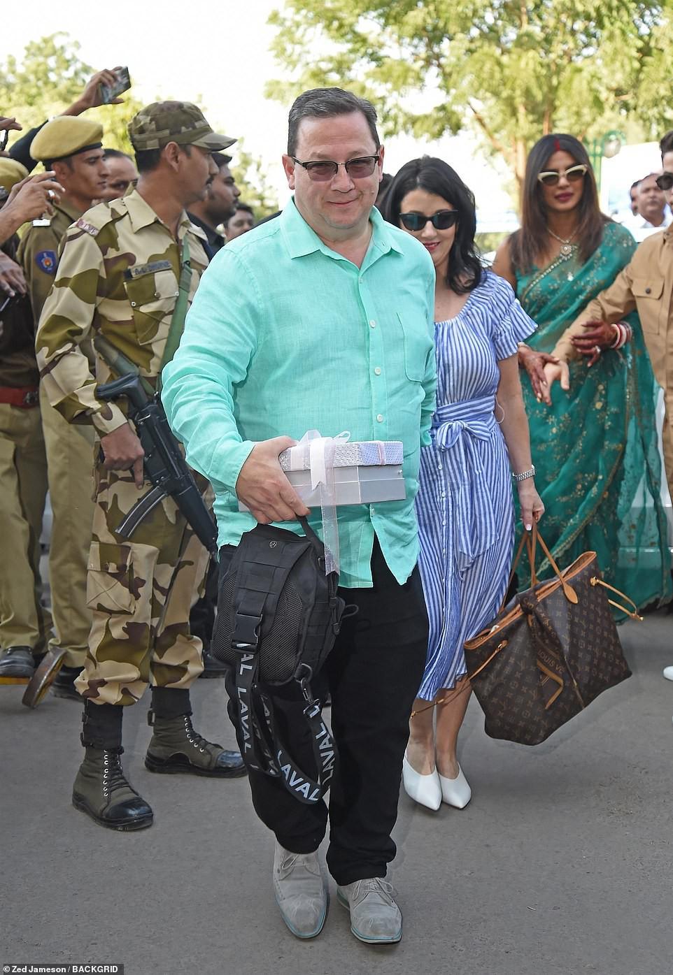 Nick Jonas và Hoa hậu Thế giới xuất hiện tình tứ tại sân bay sau đám cưới thế kỷ hoành tráng - Ảnh 11.