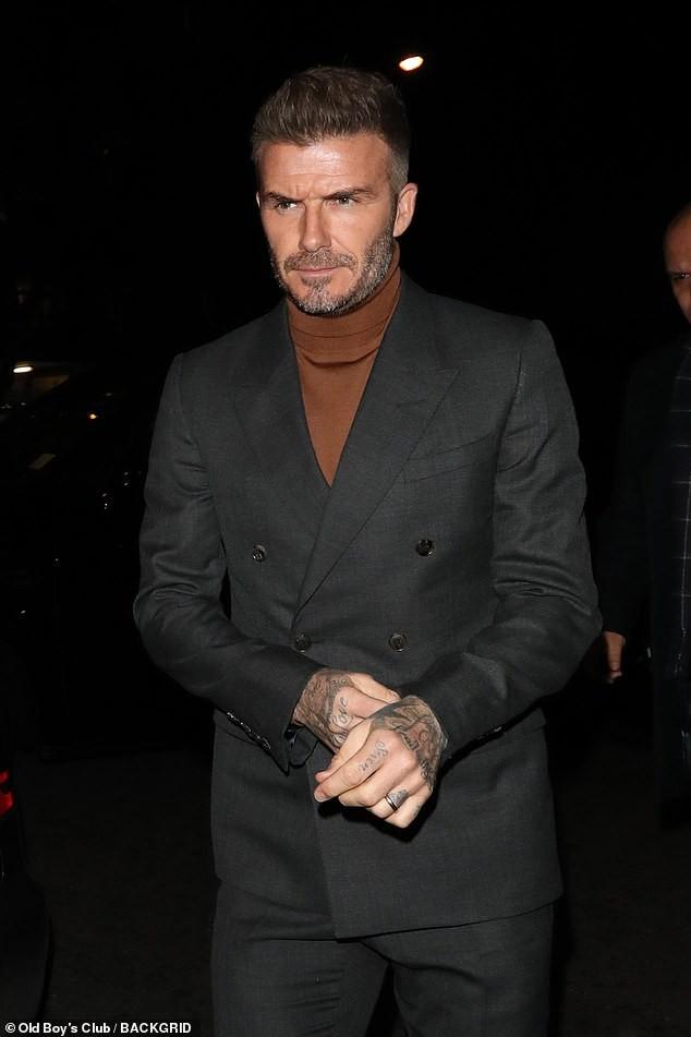 David Beckham bỗng cau mày khó chịu khi đi dự tiệc cùng Victoria và con trai cả Brooklyn - Ảnh 2.