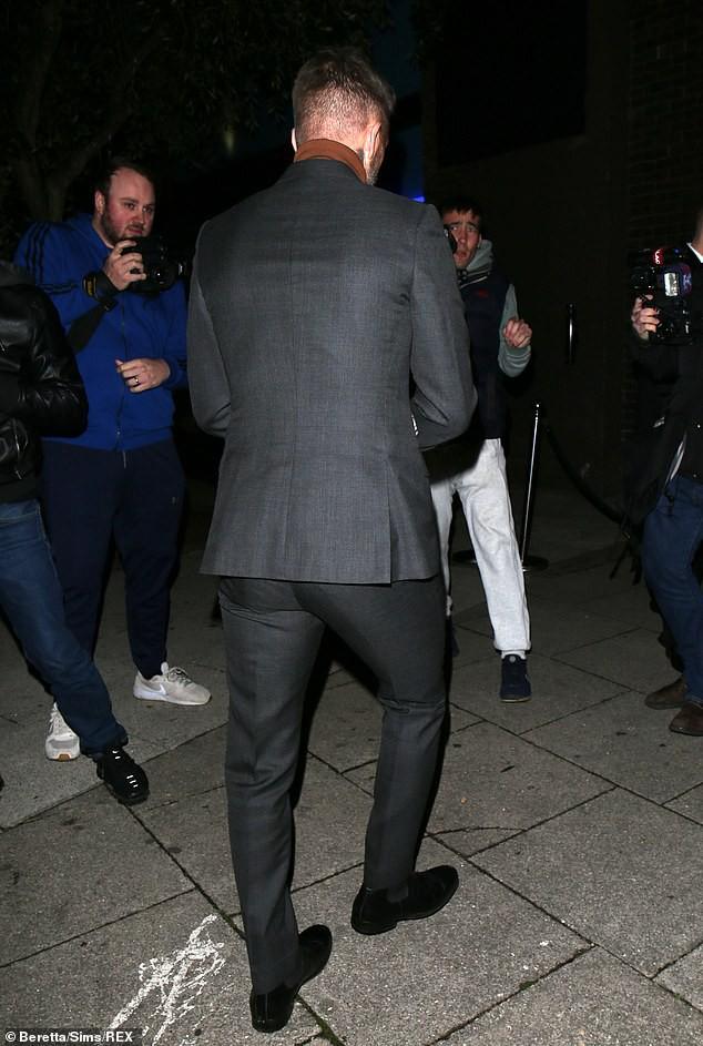 David Beckham bỗng cau mày khó chịu khi đi dự tiệc cùng Victoria và con trai cả Brooklyn - Ảnh 3.