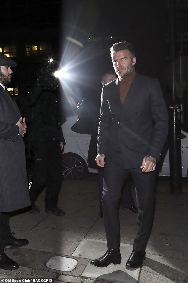 David Beckham bỗng cau mày khó chịu khi đi dự tiệc cùng Victoria và con trai cả Brooklyn - Ảnh 4.