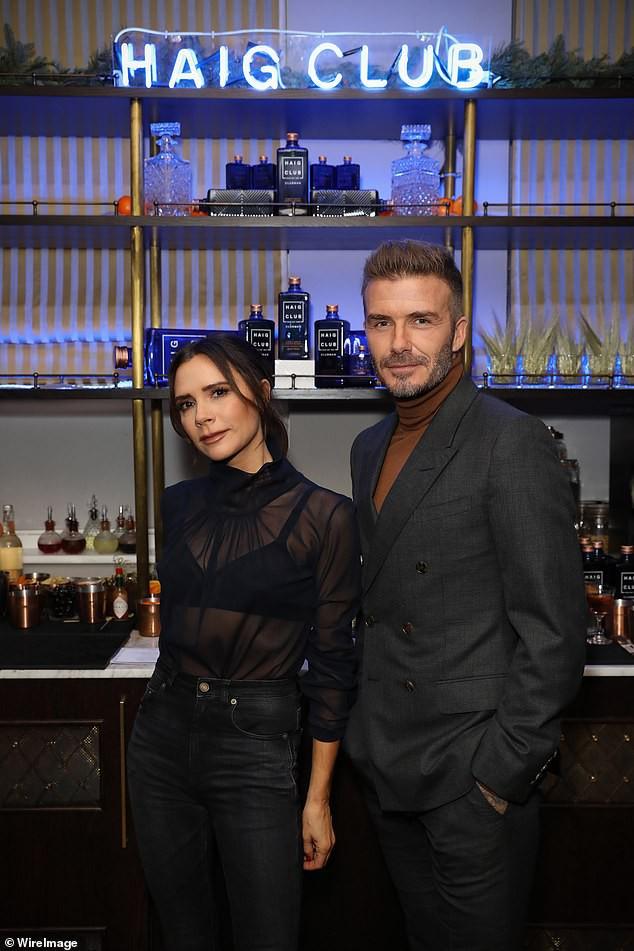 David Beckham bỗng cau mày khó chịu khi đi dự tiệc cùng Victoria và con trai cả Brooklyn - Ảnh 5.