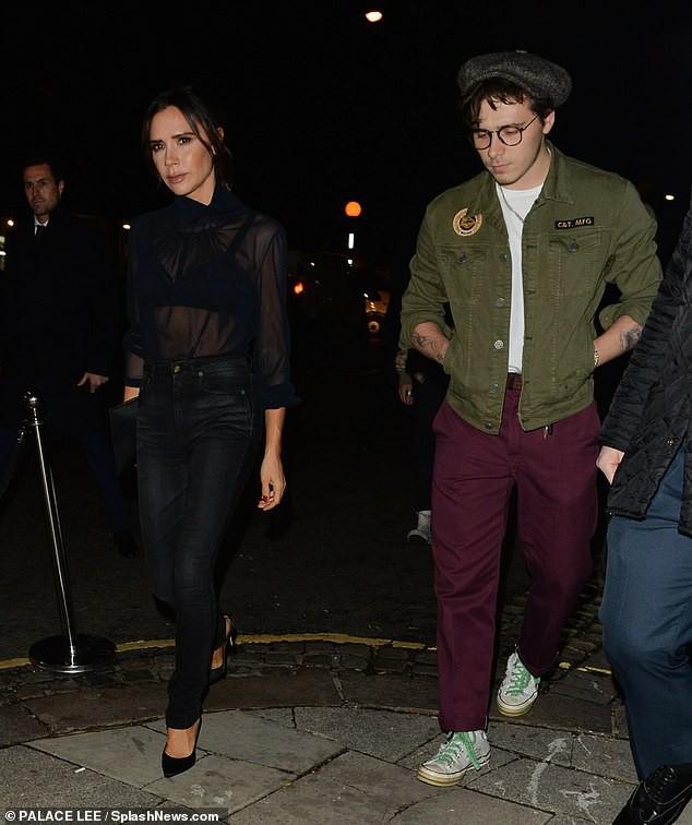 David Beckham bỗng cau mày khó chịu khi đi dự tiệc cùng Victoria và con trai cả Brooklyn - Ảnh 8.