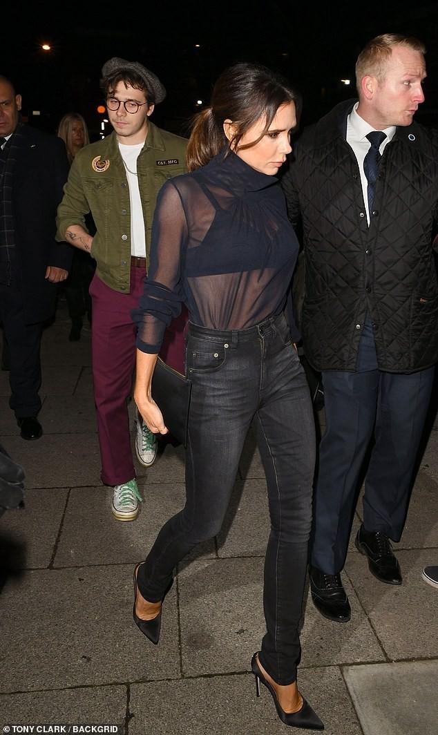 David Beckham bỗng cau mày khó chịu khi đi dự tiệc cùng Victoria và con trai cả Brooklyn - Ảnh 9.