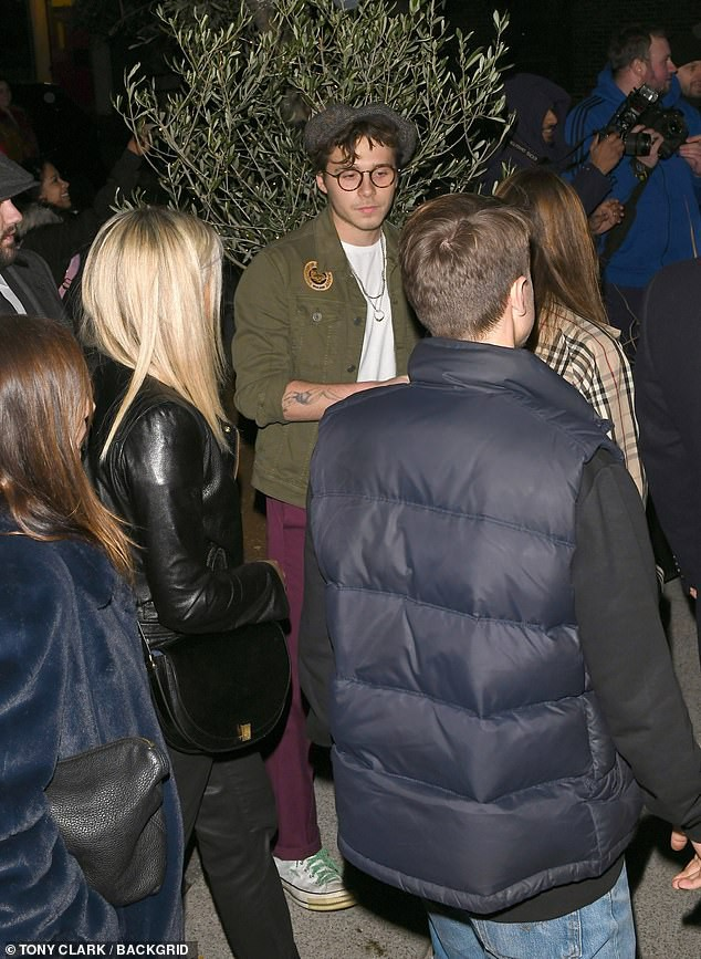 David Beckham bỗng cau mày khó chịu khi đi dự tiệc cùng Victoria và con trai cả Brooklyn - Ảnh 10.