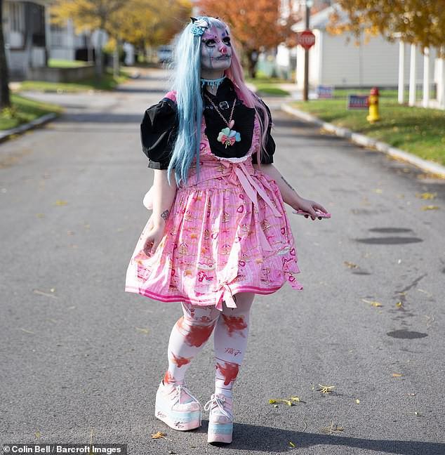 Tự trang điểm mỗi ngày vì muốn đẹp ma mị như búp bê sống, cô gái trẻ bị dân mạng trêu chọc vì trông hài hước quá - Ảnh 2.