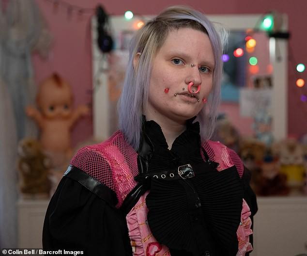 Tự trang điểm mỗi ngày vì muốn đẹp ma mị như búp bê sống, cô gái trẻ bị dân mạng trêu chọc vì trông hài hước quá - Ảnh 4.