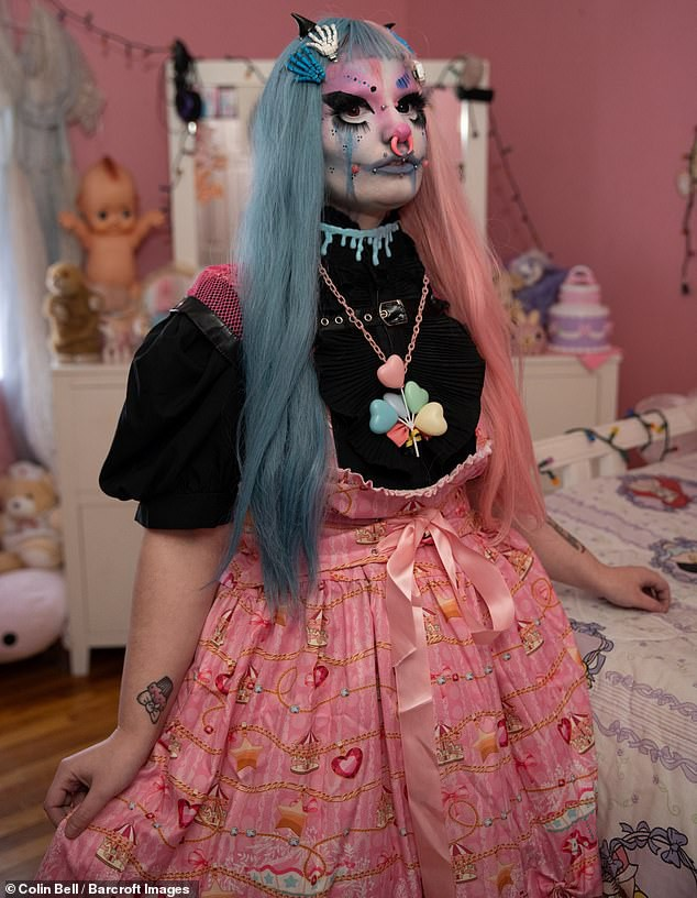 Tự trang điểm mỗi ngày vì muốn đẹp ma mị như búp bê sống, cô gái trẻ bị dân mạng trêu chọc vì trông hài hước quá - Ảnh 5.