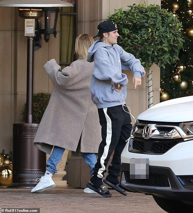 Sau trận cãi vã vì Selena, Justin Bieber và vợ lại nhí nhố nhảy múa rồi hôn nhau hạnh phúc trên phố - Ảnh 1.