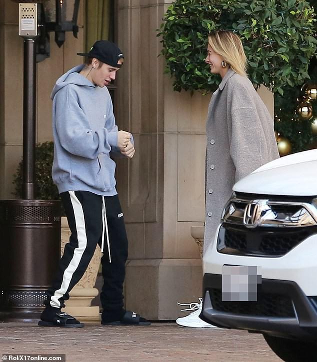 Sau trận cãi vã vì Selena, Justin Bieber và vợ lại nhí nhố nhảy múa rồi hôn nhau hạnh phúc trên phố - Ảnh 3.