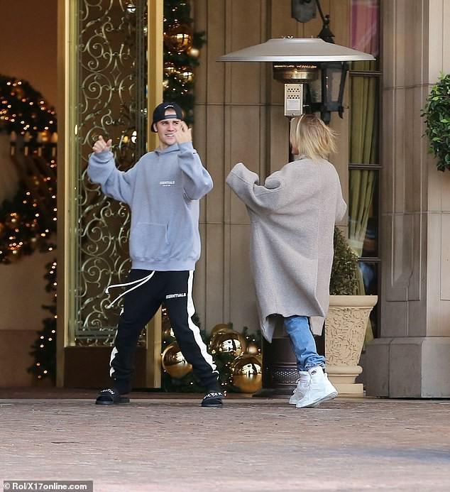 Sau trận cãi vã vì Selena, Justin Bieber và vợ lại nhí nhố nhảy múa rồi hôn nhau hạnh phúc trên phố - Ảnh 4.