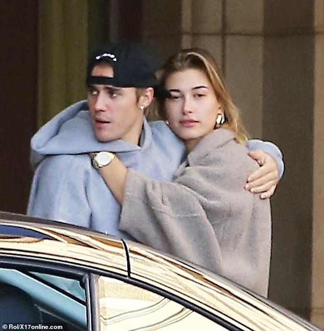 Sau trận cãi vã vì Selena, Justin Bieber và vợ lại nhí nhố nhảy múa rồi hôn nhau hạnh phúc trên phố - Ảnh 6.