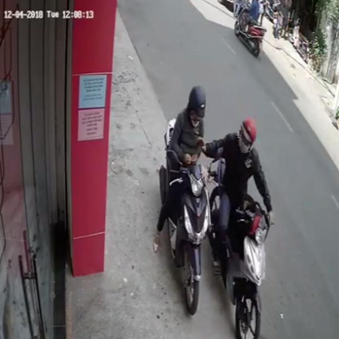 Đứng ven đường cạy móng tay, một phụ nữ bị cướp hỏi thăm vì tưởng đang bấm điện thoại - Ảnh 2.