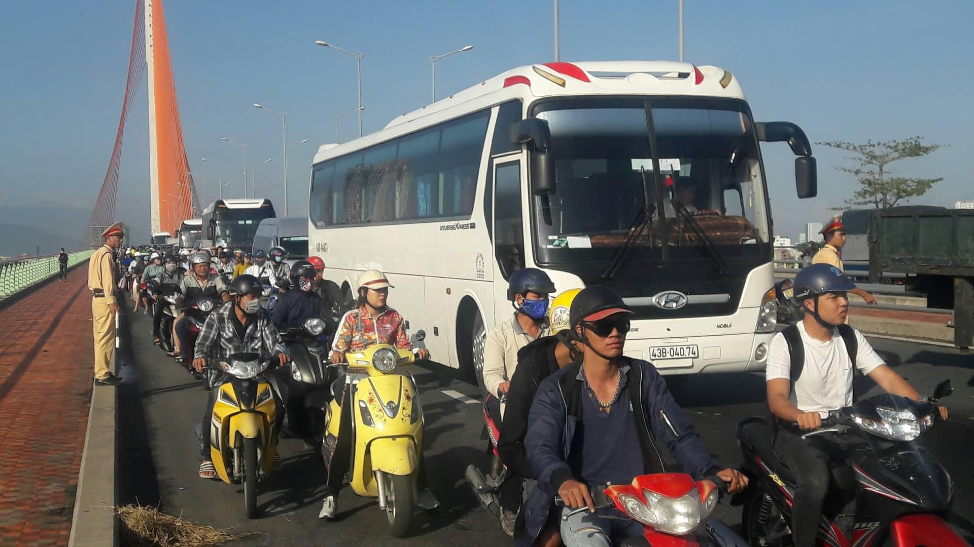 Đà Nẵng: Xe tải lật giữa cầu, giao thông ách tắc nghiêm trọng giờ cao điểm - Ảnh 2.